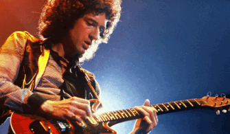 Gitarı İçin Ayrı Bir First Class Bilet Alan Gitarist!